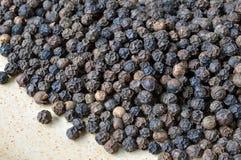 En gros plan des grains de poivre organiques. Photographie stock libre de droits