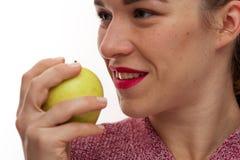 En gros plan - jeune femme avec les dents parfaites images stock