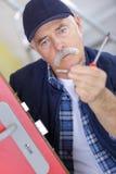 En gros plan pour l'homme répare la serrure de la porte Photo stock