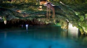 En grotta i en cenote i Mexico Arkivbilder