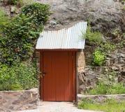 En grotta med en låst dörr på en spökstad i nytt - Mexiko Arkivbild