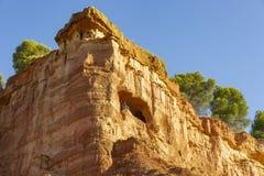 En grotta med en stol i berget - brant sluttning ovanför Anento arkivbild