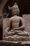 En grov hand sned diagramet av en buddistisk lärare från brunt träd, ett forntida 11th århundrade, över ingången till den Alchi m Arkivbild