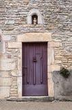 Gammal purpurfärgad dörr royaltyfria foton
