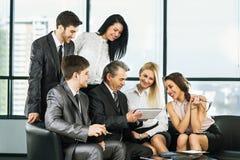En grupp av affärsmän som diskuterar Fotografering för Bildbyråer
