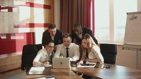 En grupp av affärsmän som frustreras och missas stock video