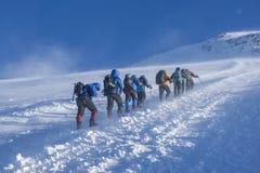 En grupp av alpinister på deras väg till Elbrusen Arkivbilder