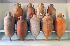 En grupp av amfora återställde från havet i Tuscany royaltyfria bilder