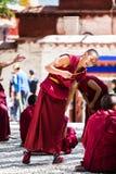 En grupp av att debattera tibetana buddistiska munkar på Sera Monastery royaltyfri bild