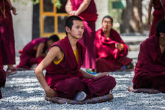 En grupp av att debattera tibetana buddistiska munkar på Sera Monastery arkivfoto