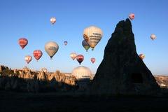 En grupp av ballonger för varm luft snart efter tagande-av från nära Goreme i den Cappadocia regionen av Turkiet Arkivfoton