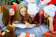 En grupp av barn som skrivar ett brev till Santa Claus Arkivfoton