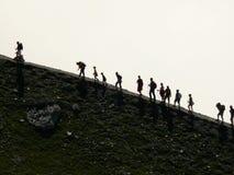En grupp av bergsbestigare p? lutningarna av ett berg fotografering för bildbyråer