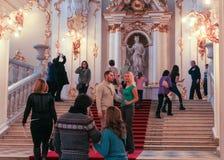 En grupp av besökare på Jordan Staircase Royaltyfri Bild