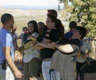 En grupp av besökare rymmer en jätte- pytonorm Royaltyfria Foton