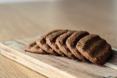 En grupp av bruna kakor Arkivfoton
