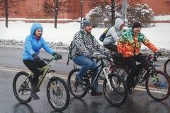 En grupp av cyklister som rider längs Kremlväggarna i vintern fotografering för bildbyråer