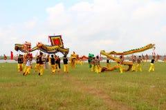 en grupp av den asiatiska folkdansen Arkivbilder