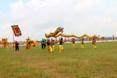 en grupp av den asiatiska folkdansen Fotografering för Bildbyråer