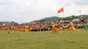 en grupp av den asiatiska folkdansen Arkivbild