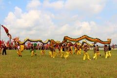 en grupp av den asiatiska folkdansen Arkivfoto