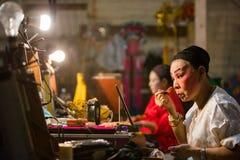 En grupp av den kinesiska operamedlemmen förbereder sig på i kulisserna Royaltyfria Foton