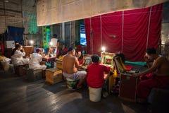 En grupp av den kinesiska operamedlemmen förbereder sig på i kulisserna Arkivbilder