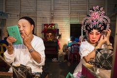 En grupp av den kinesiska operamedlemmen förbereder sig på i kulisserna Arkivbild