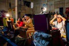 En grupp av den kinesiska operamedlemmen förbereder sig på i kulisserna Royaltyfri Fotografi