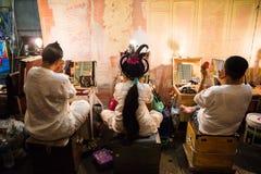 En grupp av den kinesiska operamedlemmen förbereder sig på i kulisserna Fotografering för Bildbyråer