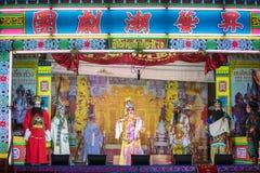 En grupp av den kinesiska operamedlemmen utför på etapp Arkivfoton