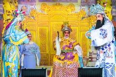 En grupp av den kinesiska operamedlemmen utför på etapp Fotografering för Bildbyråer
