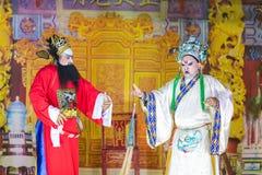 En grupp av den kinesiska operamedlemmen utför på etapp Arkivbilder