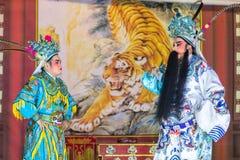 En grupp av den kinesiska operamedlemmen utför på etapp Arkivfoto