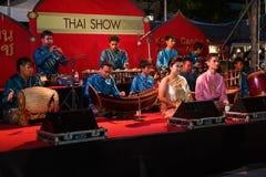 En grupp av den thailändska musikshowen på den traditionella stearinljusprocessionfestivalen av Buddha Royaltyfri Bild