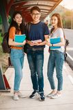 En grupp av den unga eller tonåriga asiatiska studenten i universitet Royaltyfria Foton