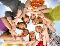 En grupp av det unga teenagesinnehav räcker tillsammans Royaltyfri Foto