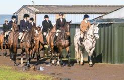 En grupp av engelska ryttare som är klara för friktionsjakt Arkivbild