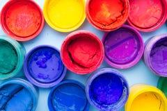 En grupp av färgrik målarfärg på burk arkivbilder