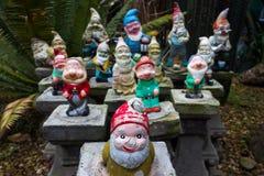En grupp av färgrika trädgårds- gnomer Royaltyfri Foto