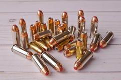 En grupp av fördjupningpunkt för 40 kaliber och 44 speciala kulor arkivfoton