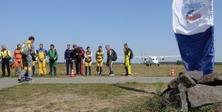 En grupp av fallskärmsjägare som förbereder sig för ett flyg royaltyfria foton