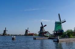 En grupp av forntida väderkvarnar på utkanten av Amsterdam, Nederländerna arkivfoton