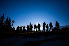 En grupp av fotvandrare överst av en kulle arkivfoto