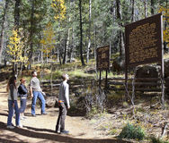 En grupp av fotvandrare läste ett djurlivområdestecken Arkivbilder