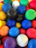 En grupp av färgrika kortkort-golf golfbollar Royaltyfria Bilder