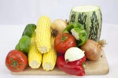 En grupp av grönsaker och frukter inklusive tomatzucchinin, zucchini, på den vita bakgrunden royaltyfri fotografi
