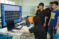 En grupp av högstadiumstudenter studerar elektronik och robotteknik Arkivbild