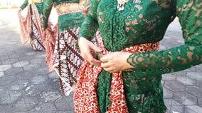 En grupp av h?rliga dansareflickor fr?n Yogyakarta med h?rliga Javanese dr?kter f?r traditionell dans arkivfoto