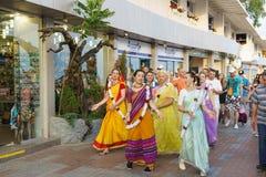 En grupp av haren Krishnas som sjunger och dansar, är på invallningen av semesterortstaden Royaltyfria Foton